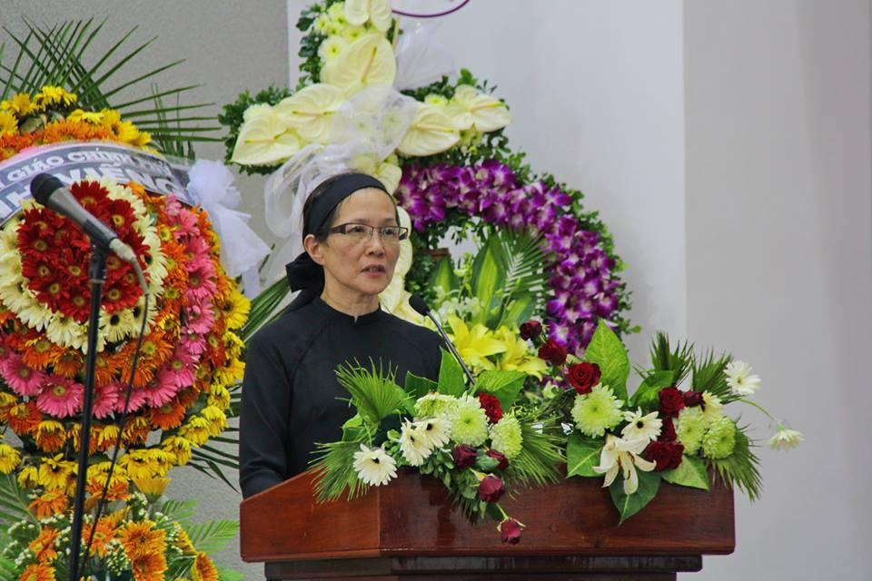 Cô Dương Liên Hương, con gái Cụ MSTS Dương Thạnh, đọc điện tín phân ưu.