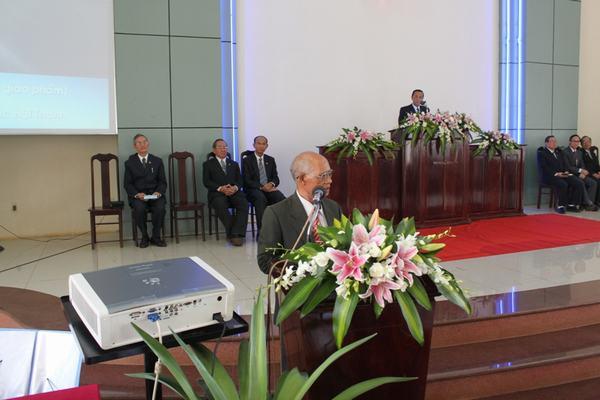 MS Y Ky Êban thay mặt Hội Đồng Giáo Phẩm tặng quà