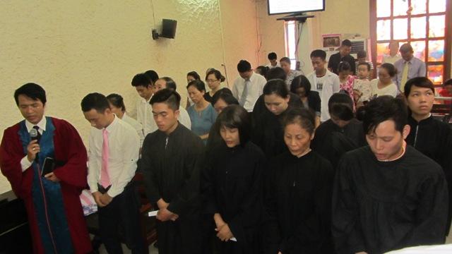 Mục sư Quản nhiệm Hội thánh cầu nguyện cho các ứng viên nhận lễ Báp-têm.