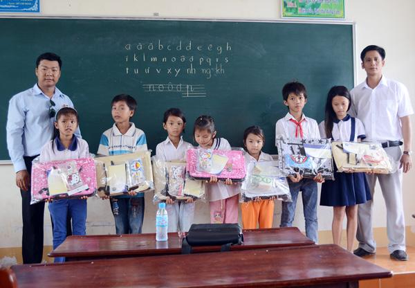 Trao quà cho các học sinh nghèo tại khu vực Đầm Chim, xã Nguyễn Huân.