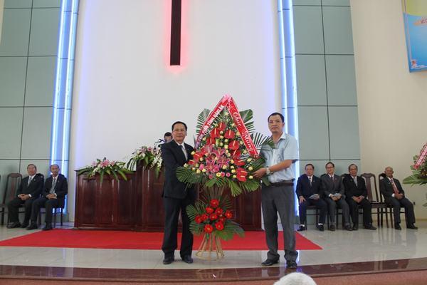 Ông Nghiêm Văn Chuẩn đại diện Chính quyền tỉnh Đăk Lăk tặng hoa chúc mừng