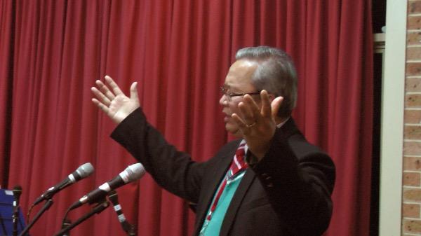 Mục sư Nguyễn Hùng Vương cầu nguyện chúc Phước.