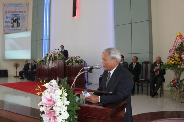 Các Ban Đại diện chúc mừng và tặng quà cho các Tân Mục sư