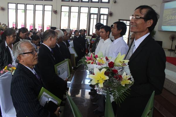 Các Đại diện 10 Hội Thánh chúc mừng và tặng quà cho các Tân Mục sư