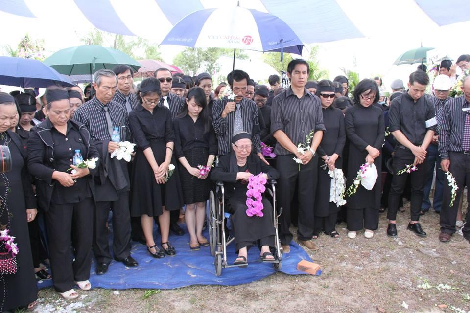 Đại gia đình Cụ MSTS Dương Thạnh tại nghĩa trang.