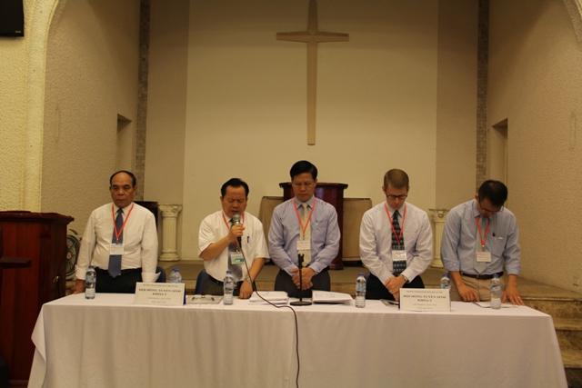 Mục sư Bùi Văn Sản cầu nguyện dâng ngày thi lên cho Chúa.
