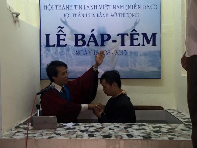 Mục sư cử hành lễ Báp-têm cho tân tín hữu.