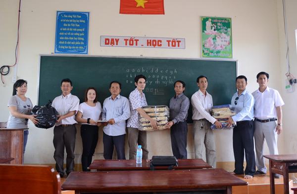 Chính quyền tiếp nhận phần quà hỗ trợ cho các học sinh nghèo của Ấp Mai Hoa, xã Nguyễn Huân.
