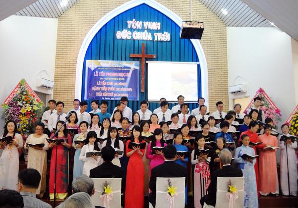 Ban hát các HT Hồng Ngự, An Phong và Núi Sập tôn vinh Chúa.