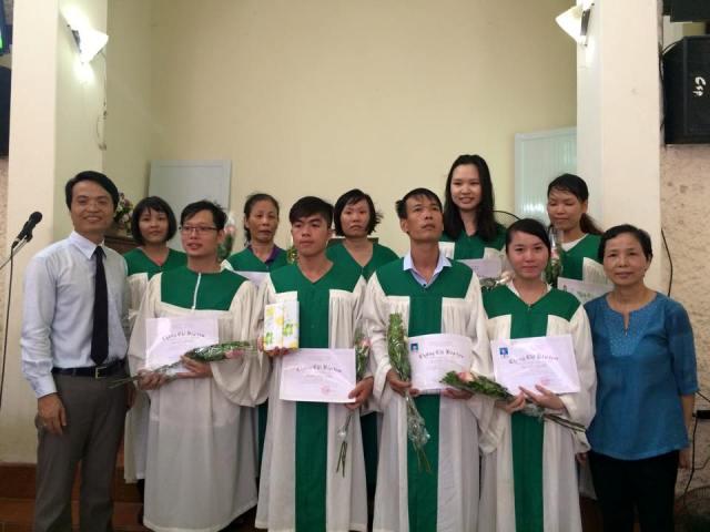 Mục sư quản nhiệm và đại diện ban chấp sự chúc mừng các tân tín hữu được nhận lễ Báp-têm.
