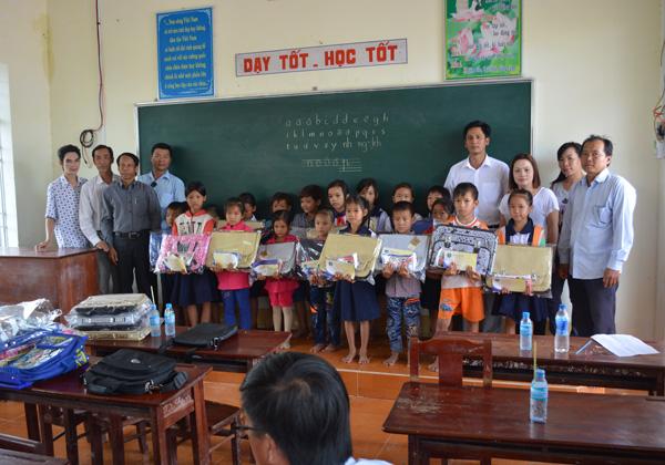 Trao quà cho các em học sinh nghèo tại trường tiểu học Hố Gùi.