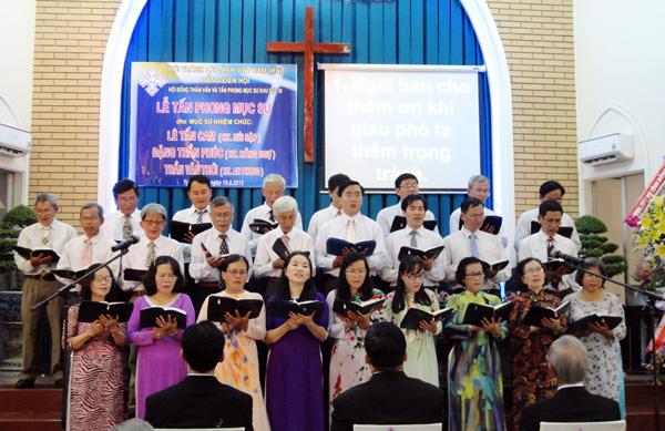 Ban hát HT Sa Đéc tôn vinh Chúa.