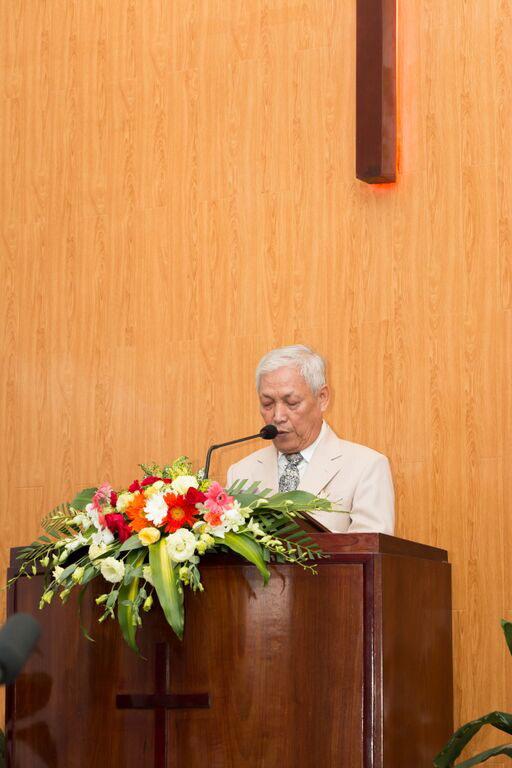 Mục sư Lê Đình Hiên cầu nguyện khai lễ