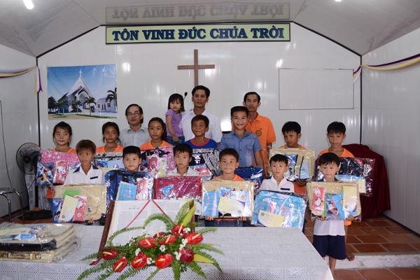 Trao quà cho các Thiếu nhi có hoàn cảnh khó khăn trong Hội Thánh.