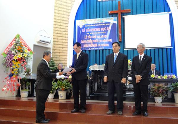 Mục sư Lê Hoàng Long – UVHĐTV và TPMS KVIII trao quyết định cho các Tân Mục sư.
