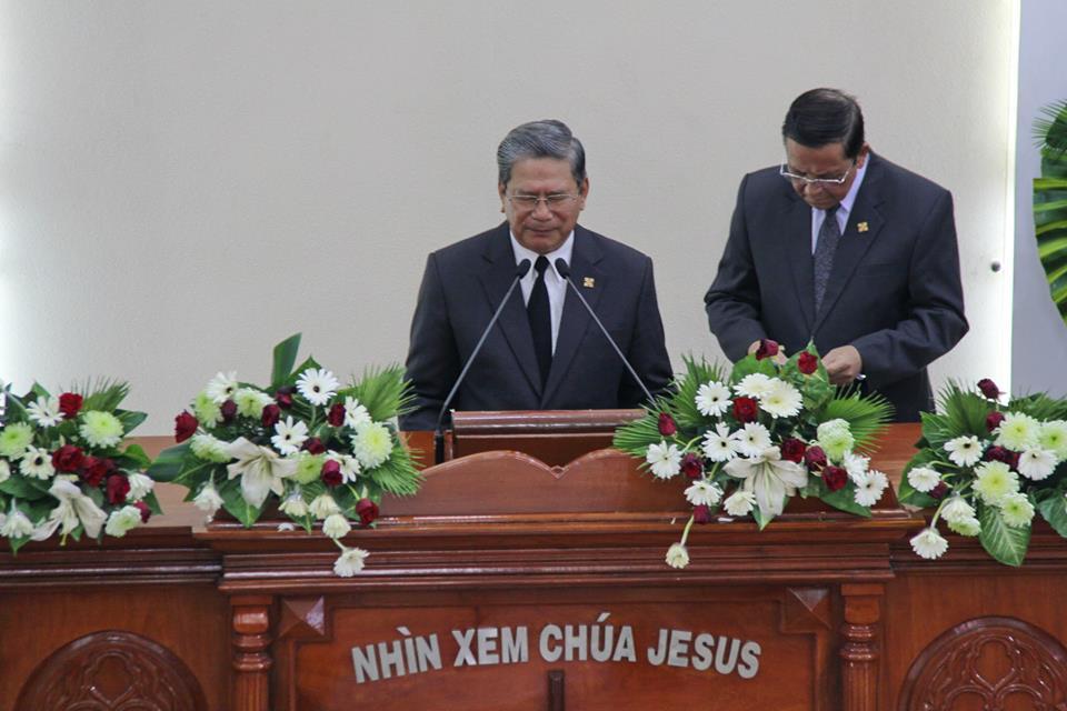 Mục sư Lê Hoàng Long, Chủ Tịch Hội Đồng Giáo Phẩm, cầu nguyện khai lễ.