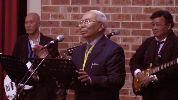Mục sư Nguyễn Văn Công - Trưởng ban tổ chức giới thiệu và chào mừng đại biểu.