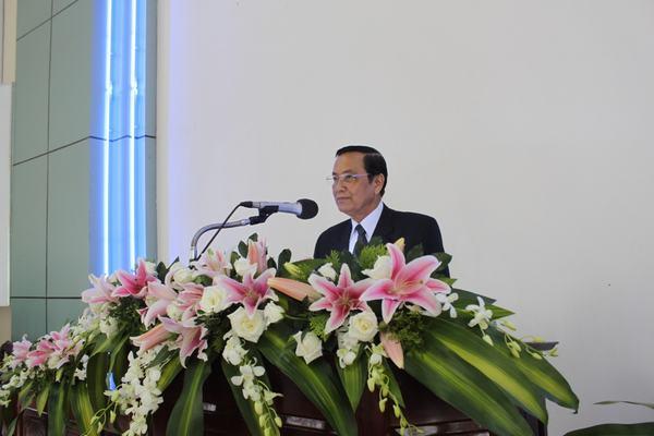 Mục sư Phan Ân hướng dẫn chương trình Lễ