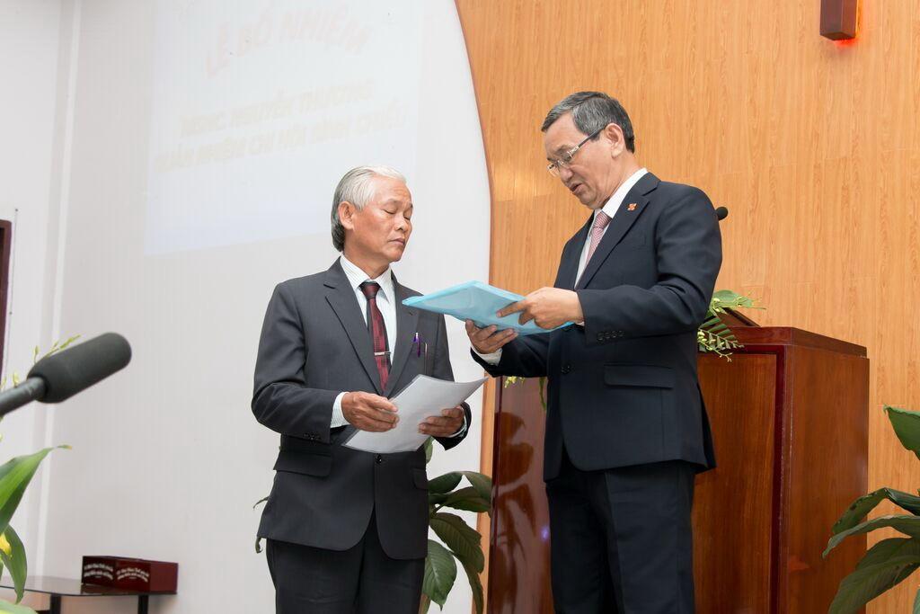 Mục sư Trương Văn Ngành thực hiện nghi thức bổ nhiệm