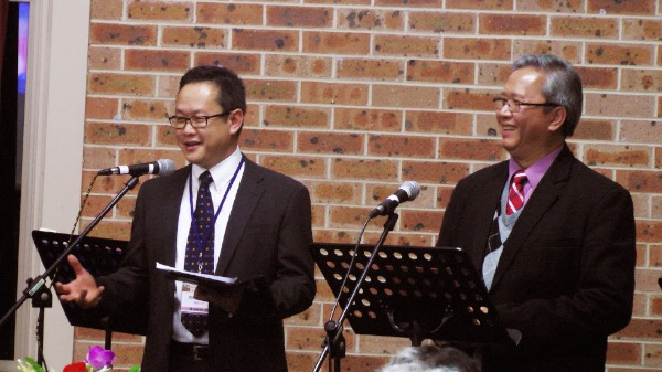 Mục sư Nguyễn Hùng Vương, Chủ tịch Hiệp hội Báp-tít Việt Nam tại Úc Châu giảng lời Chúa.