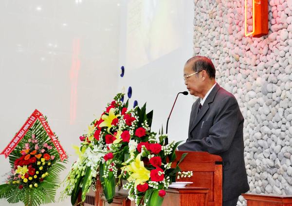 MS Lê Khắc Hóa cầu nguyện khai lễ.