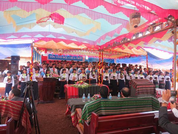 Ca đoàn Hội Thánh tôn vinh Chúa.