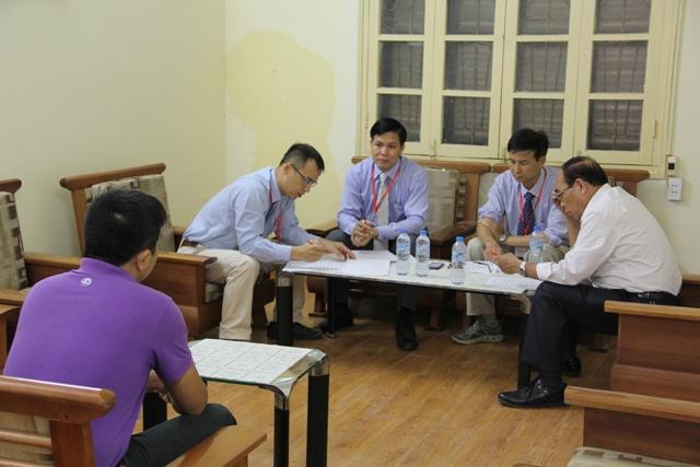 Một thí sinh khác trả lời trước các Mục sư trong Hội đồng tuyển sinh.