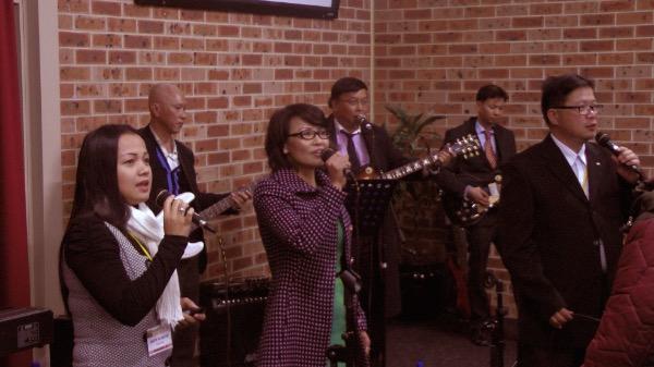 Ban hát dẫn hướng Hội chúng dâng lời ca ngợi Chúa.