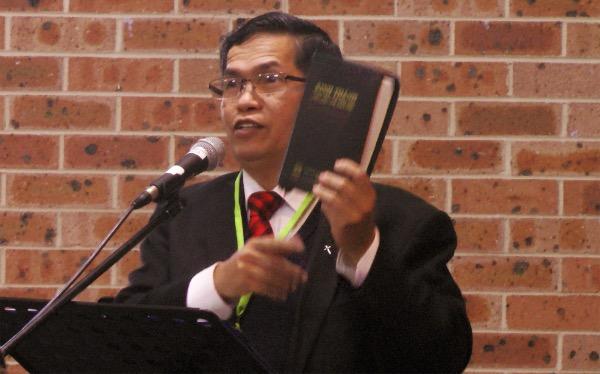 Mục sư Ngô Minh Quang, Hội trưởng HTTLVN - ÚC CHÂU giảng lời Chúa và cầu nguyện.