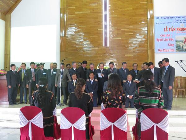 Mục sư đoàn cầu nguyện đặt tay cho các Tân Mục sư