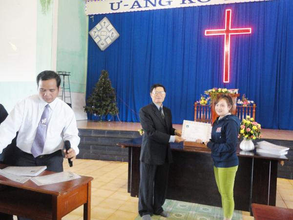 MS Huỳnh Duy Linh trao chứng chỉ cho học viên.