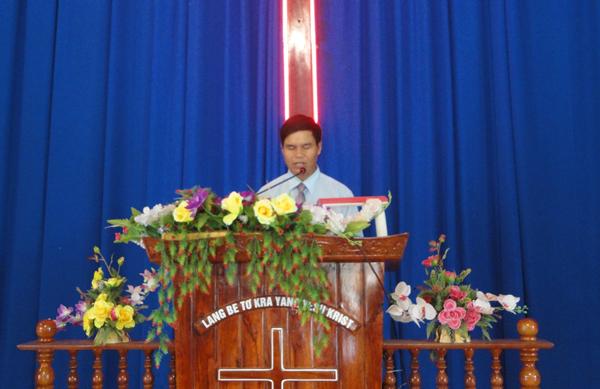 Ms Uyên cầu nguyện cho các học viên.