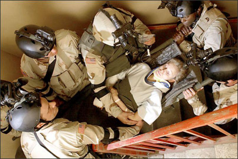 Jessica Lynch được binh lính Mỹ giải cứu khỏi một bệnh viện tại Iraq.