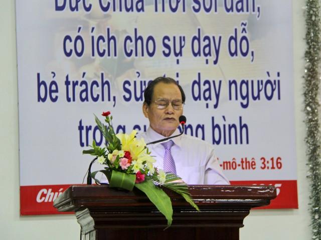 MS Trần Ngọc Vỹ - Quản nhiệm Chi Hội An Hải - cầu nguyện dâng chương trình lên Chúa.