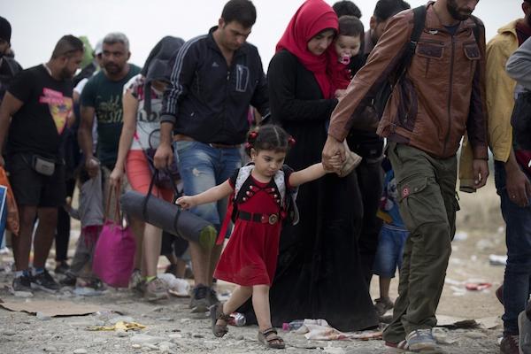 Dòng người tị nạn Syria trên hành trình băng qua biên giới Macedonia - Hy Lạp.
