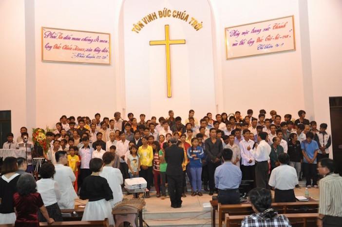 140 người tin Chúa trong chương trình.