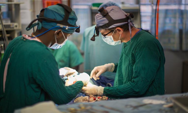 Bác sỹ Warren tiến hành một ca phẫu thuật.