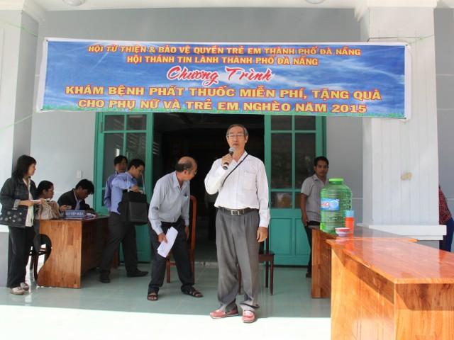 Mục sư Dương Quang Hòa chia sẻ tình yêu thương của Chúa cho người dân địa phương.
