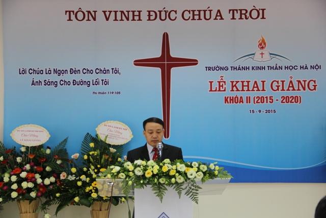 Mục sư Nguyễn Đức Đồng chào mừng và giới thiệu khách mời.