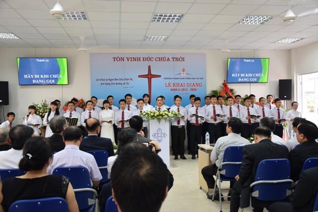 Ban hát sinh viên khóa II tôn vinh Chúa.