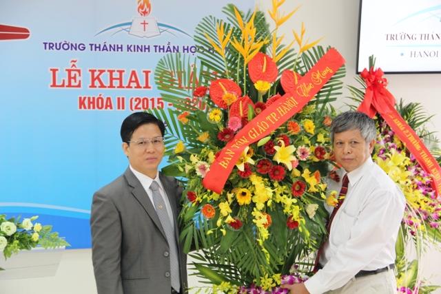 Đại diện Ban Tôn Giáo TP Hà Nội chúc mừng.