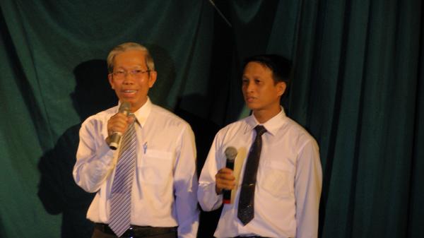 Mục sư Phạm Trọng Huy chào mừng và MSNC Lê Đức Trinh cầu nguyện khai lễ.