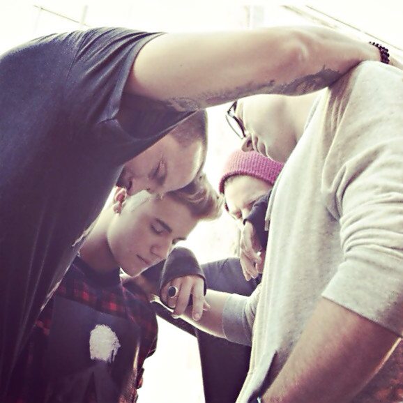justin-bieber-prays-with-hillsong-nyc-pastor-carl-lentz-and-the-city-church-pastor-judah-smith-in-this-photo-shared-nov-20-2014-on-twitter