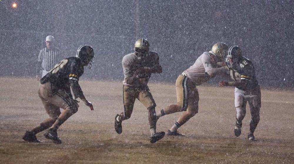 Cảnh chơi bóng của đội Trường trung học Woodlawn.
