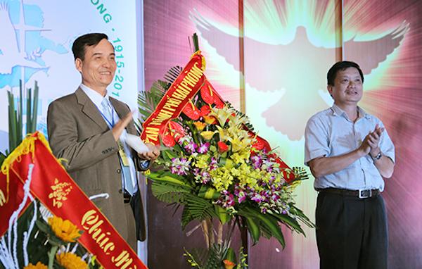 Ông Phạm Văn Thảo (bên phải) - đại diện Công an TP Hải Phòng chúc mừng. Mục sư nhiệm chức Phạm Bá An thay mặt Hội Thánh tiếp nhận.