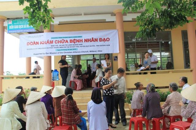 Các tình nguyện viên đang hướng dẫn người dân vào khám bệnh.