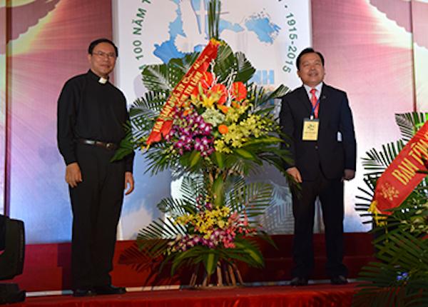 Linh Mục An Tôn Nguyễn Văn Ninh - đại diện toà Giám Mục TP Hải Phòng chúc mừng.