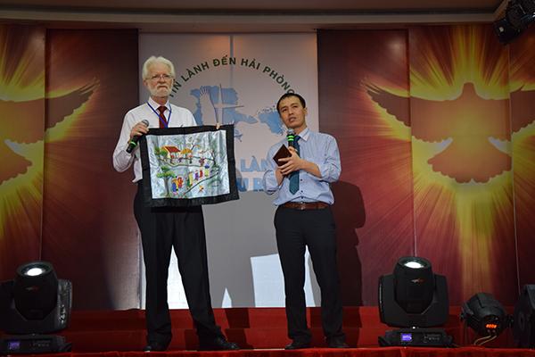 Ông David cháu nội của cố Giáo sỹ Van-Hine một trong những Giáo sỹ nước ngoài từng hầu việc Chúa tại Hải Phòng, giới thiệu bức tranh thêu quê hương Việt Nam mà ban Thanh niên HTTL Hải Phòng đã tặng cho cố giáo sỹ Van-Hine năm 1952. Đây là một trong rất nhiều kỷ vật về Việt Nam mà gia đình Giáo sỹ gìn giữ.