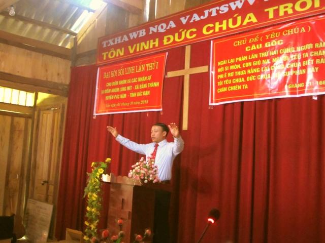 Mục sư Nguyễn Đức Đồng cầu nguyện chúc phước cuối chương trình.