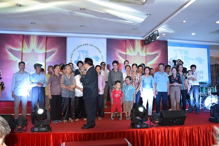 Mục sư Bùi Văn Sản - Phó Hội trưởng thứ nhất kêu gọi và hướng dẫn các thân hữu cầu nguyện tiếp nhận Chúa.
